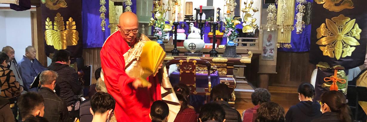 節分星祭にて祈祷をする住職
